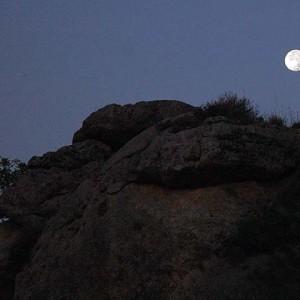 sei-su-immagine-raffigurante-la-luna-piena-che-si-staglia-alta-nel-cielo-sopra-il-parco-della-murgia-materana