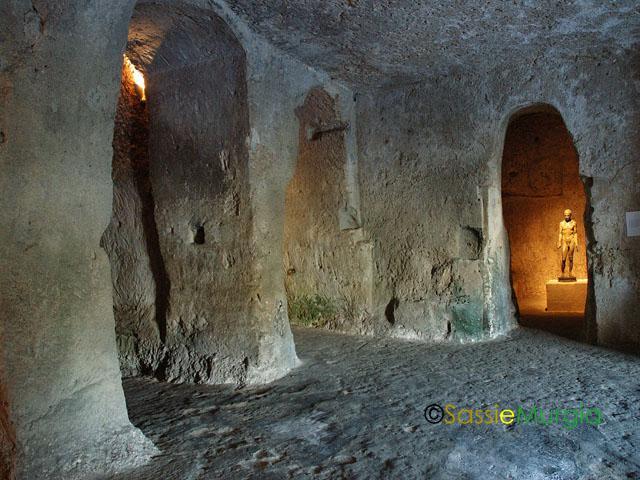 sei-su-immagine-raffigurante-l-antico-monastero-annesso-alla-chiesa-rupestre-della-Madonna-delle-virtù