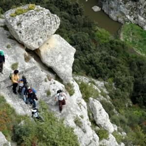 sei-su-immagine-raffigurante-un-gruppo-di-escursionisti-che-scendono-sul-fondo-della-gravina-per-attraversare-il-torrente