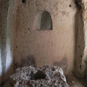 sei-su-immagine-raffigurante-l-altare-di-una-cripta-rupestre-nella-gravina-di-picciano