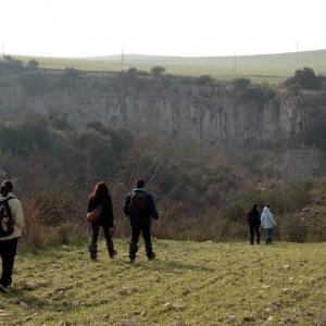 sei-su-immagine-raffigurante-un-gruppo-di-escursionisti-lungo-la-gravina-di-picciano