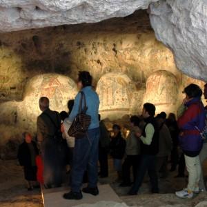 sei-su-immagine-raffigurante-un-gruppo-di-escursionisti-in-visita-alla-cripta-del-peccato-originale