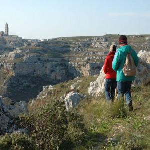 sei-su-immagine-raffigurante-due-escursionisti-costeggiano-la-gravina-di-matera-in-direzione-dei-sassi