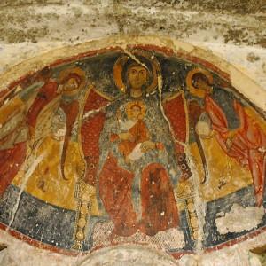 sei-su-immagine-raffigurante-la-madonna-in-trono-tra-gli-arcangeli-nell-abside-della-chiesa-rupestre-della-madonna-delle-croci