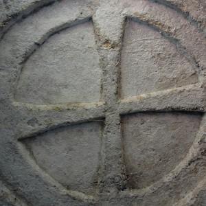 sei-su-immagine-raffigurante-Croce-scolpita-a-rilievo-nella-chiesa-rupestre-Madonna-delle-Croci