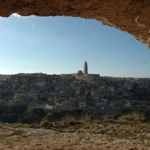 sei-su-immagine-raffigurante-il-sasso-barisano-e-cattedrale-di-matera-visti-dall-interno-di-una-grotta