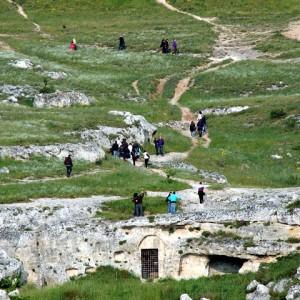 sei-su-immagine-raffigurante-la-rete-di-sentieri-che-converge-verso-la-chiesa-rupestre-di-santa-agnese