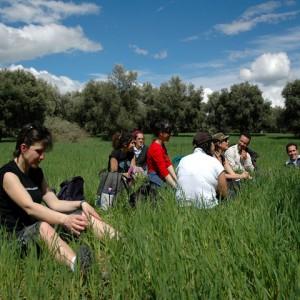 sei-su-immagine-raffigurante-una-pausa-durante-un-escursione-nel-parco-naturale-della-murgia-materana