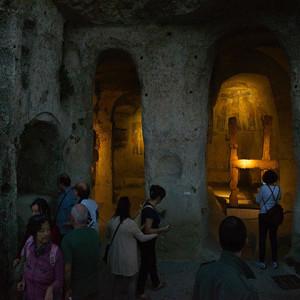 sei-su-immagine-raffigurante-la-visita-notturna-alla-chiesa-rupestre-di-San-Nicola-dei-Greci