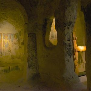 sei-su-immagine-raffigurante-veduta-dell-interno-affrescato-della-chiesa-rupestre-di-San-Nicola-dei-Greci