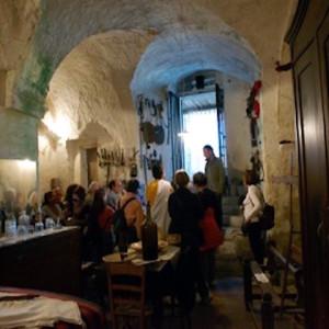 sei-su-immagine-raffigurante-i-soci-dell-uic-roma-toccano-gli-oggetti-e-arredi-di-un-antica-casa-grotta