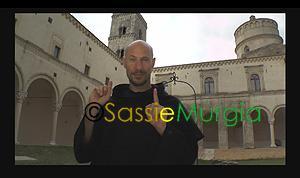 sei-su-immagine-raffigurante-interprete-lis-spiega-uno-dei-chiostri-di-abbazia-di-montescaglioso