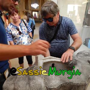 sei-su-immagine-raffigurante-Nicola-che-mostra-ad-un-cieco-il-plastico-di-una-chiesa-rupestre